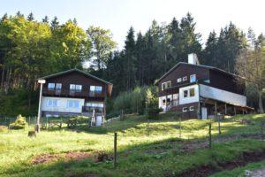 Bungalovy (bungalov A vlevo, bungalov B vpravo)